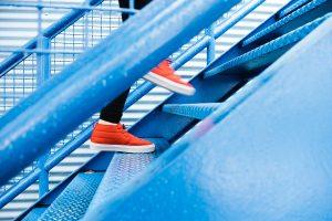 Persona che sale le scale, scarpe rosse