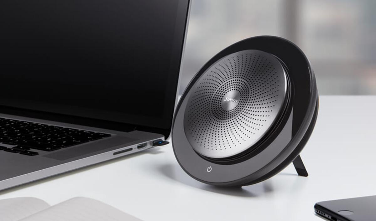 Jabra speaker sulla scrivania con pc